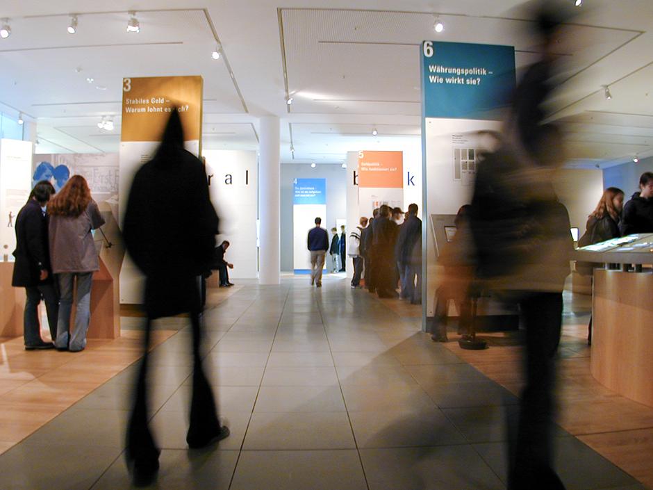 Ausstellungsdesign. Besucher im Eingangsbereich.