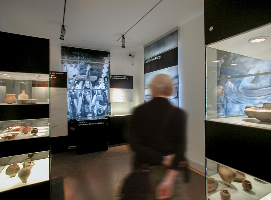 Szenographie. Mann vor Kuben im Ausstellungsraum.