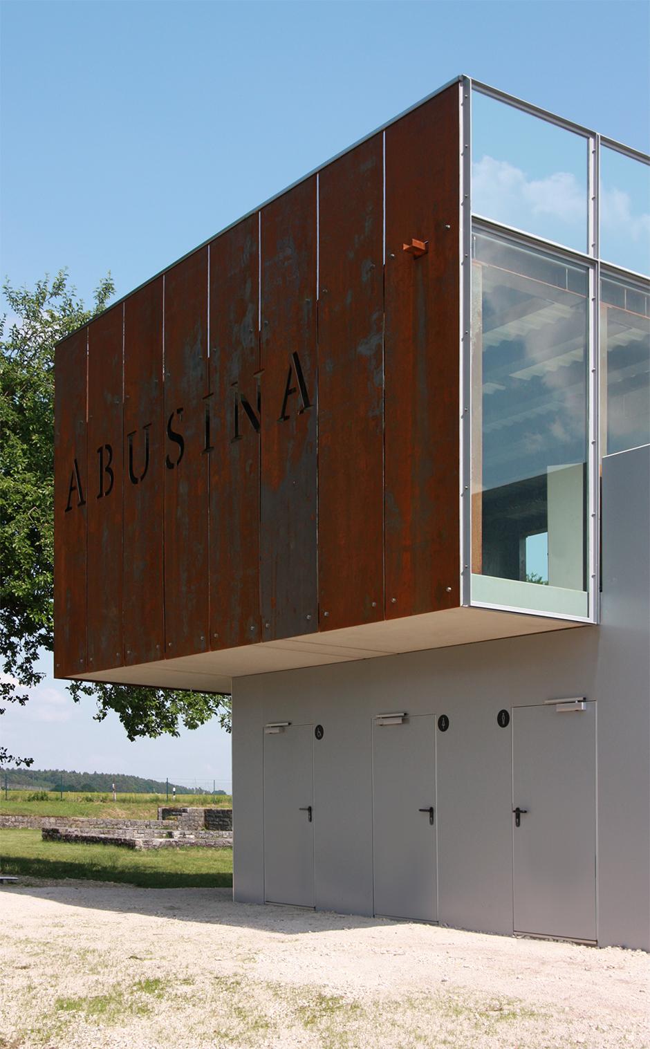 Ausstellungsarchitektur. Ausstellungsgebäude auf einer Wiese mit Bäumen