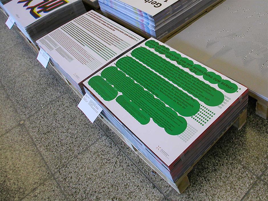 Ausstellungsdesign. Verschiedene Plakate während der Ausstellung auf einer Palette.