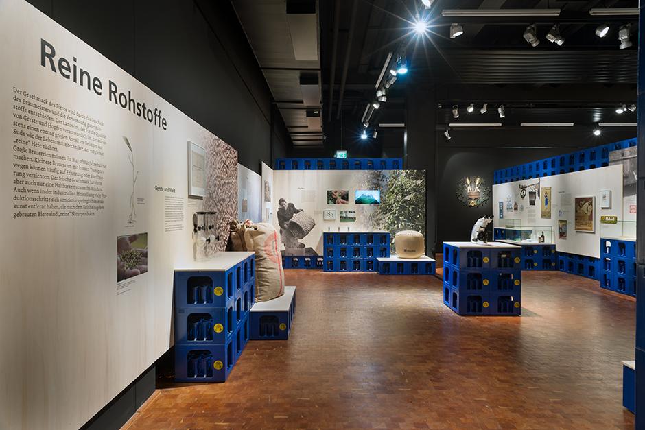 Museumsdesign. Ausstellungssituation mit Bierkästen.