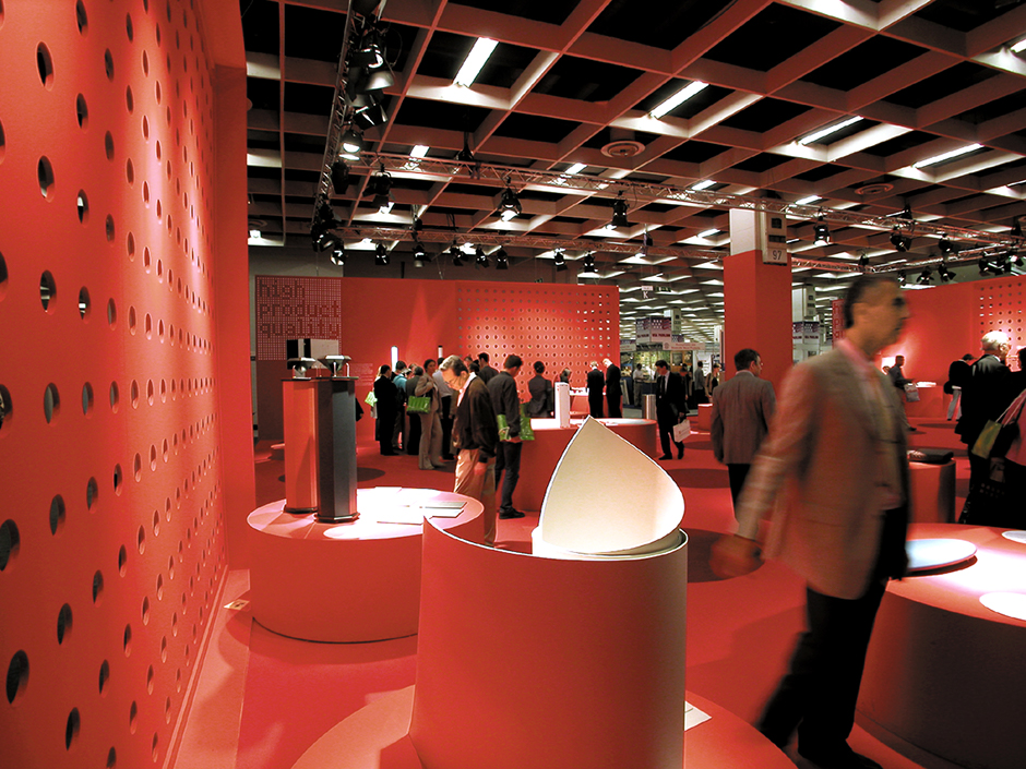 Ausstellungskonzept. Messestand, rot. Viele Besucher.
