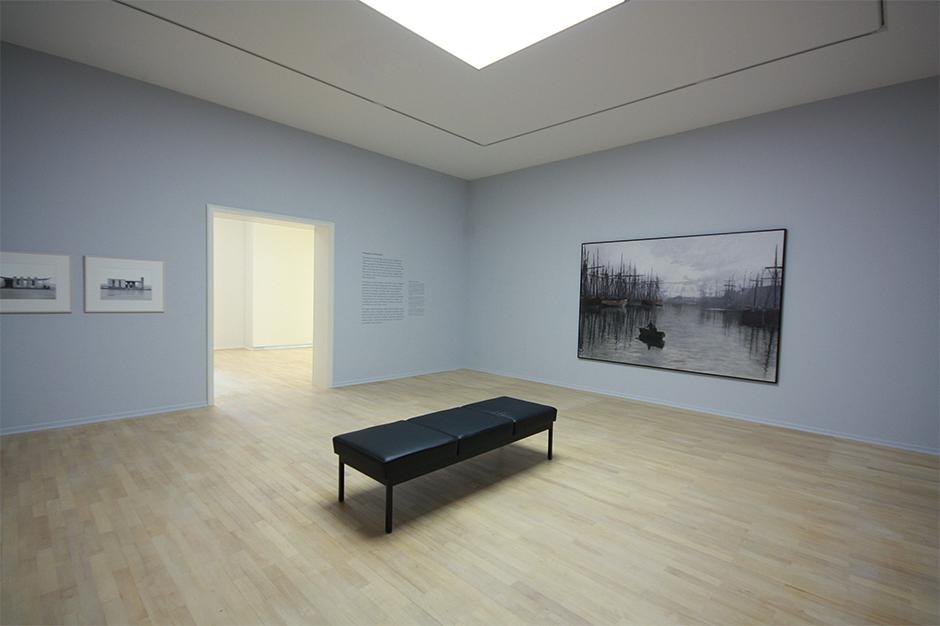 Museumsgestaltung. Sitzgelegenheit in der Mitte des Raumes.