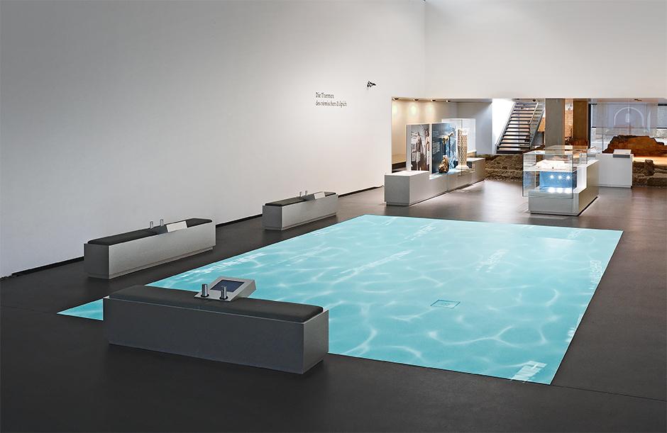 Museumsplanung. Projizierte Wasserfläche am Boden.