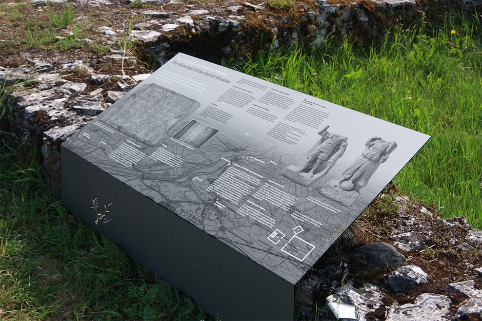 Ausstellungsarchitektur. Erklärende Grafik an einer alten Mauer.