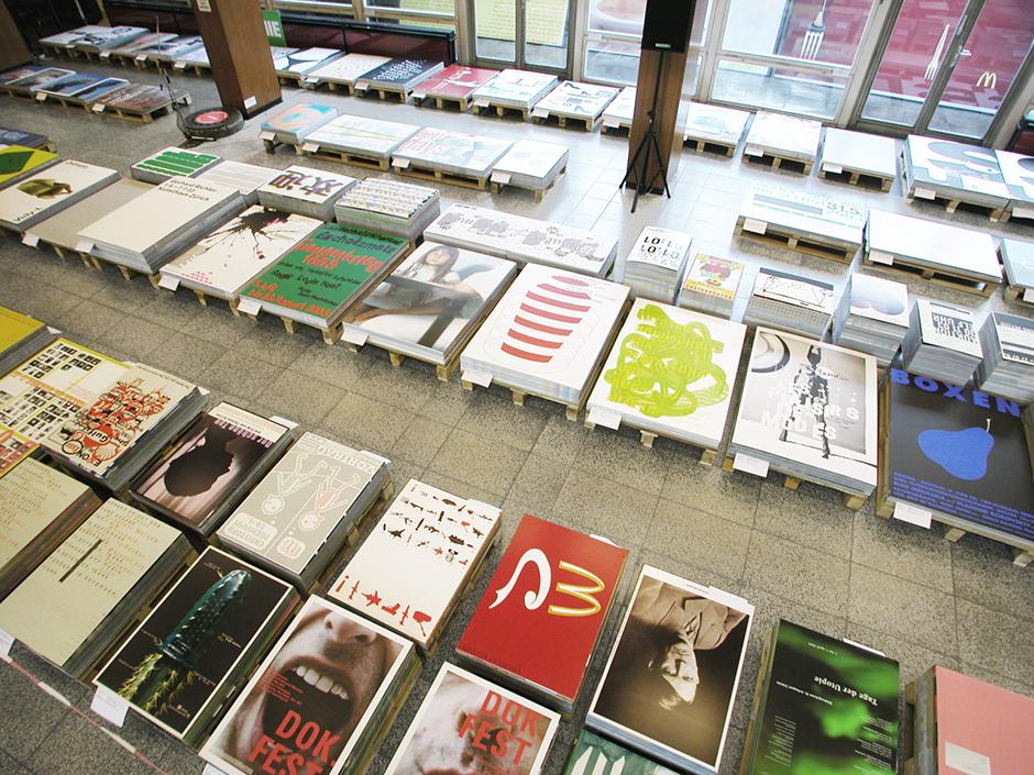 Ausstellungsdesign. Plakate auf Paletten im Raum, Blick von oben.
