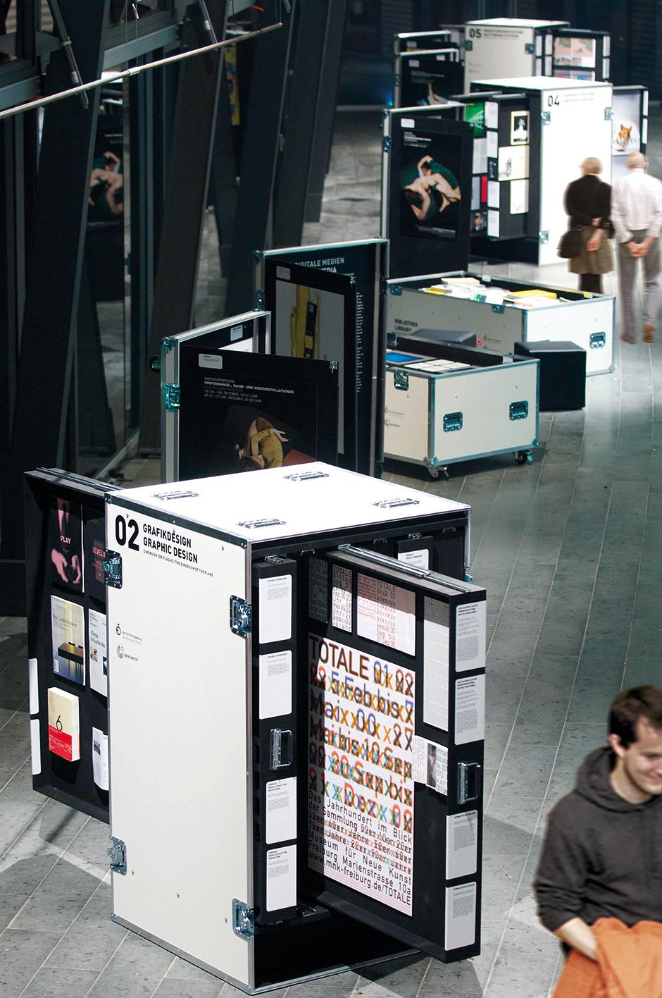 Ausstellungsarchitektur. Mobilen Vitrinen in Form von Industrie Containern.