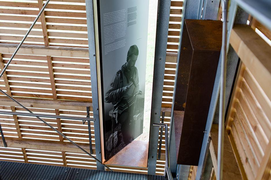 Ausstellungsarchitektur. Grafik in der Tür.