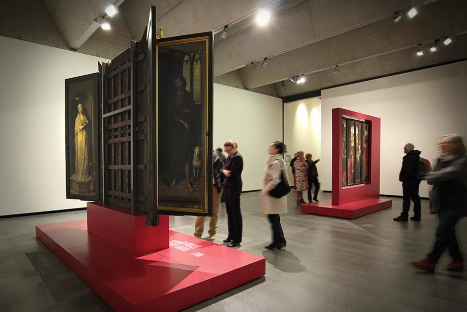 Museumsdesign. Besucher vor Ausstellungswand mit verschiedenen Bildern.