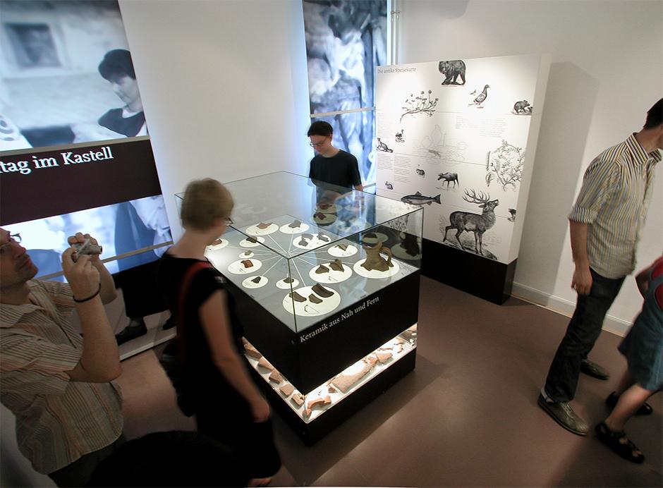 Szenographie. Besucher vor Kuben im Ausstellungsraum.