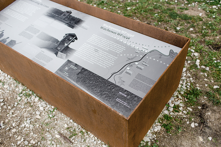 Ausstellungsarchitektur. Grafik in einem verrosteten Stahlkasten.