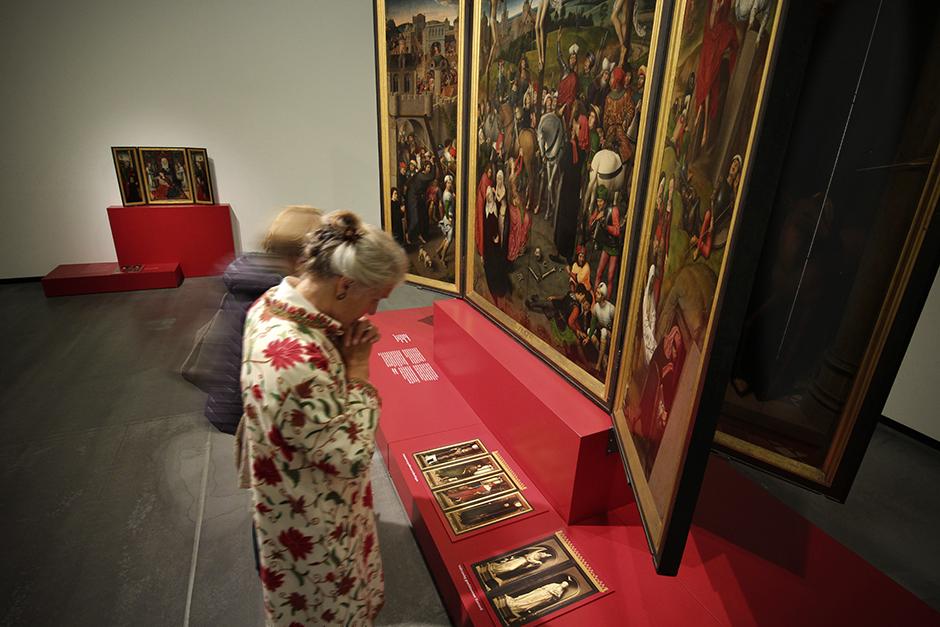 Museumsdesign. Besucher vor Ausstellungswand mit Bildern.