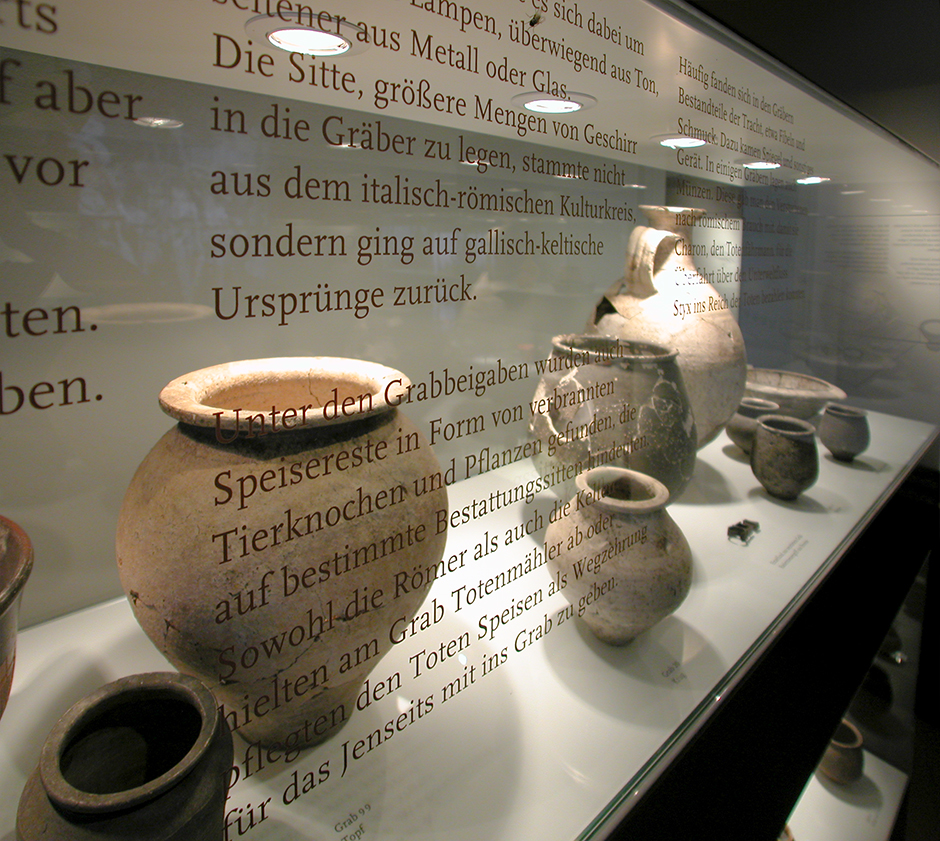 Szenographie. Alte Vasen hinter Glas.