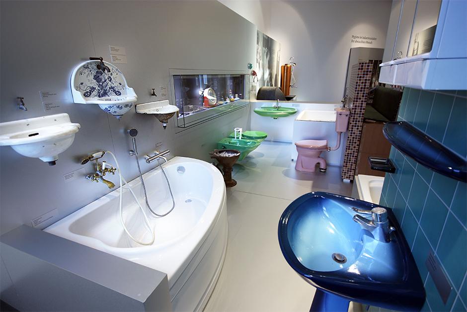 Museumsplanung. Badezimmer, verschiedene Keramik Waschbecken.