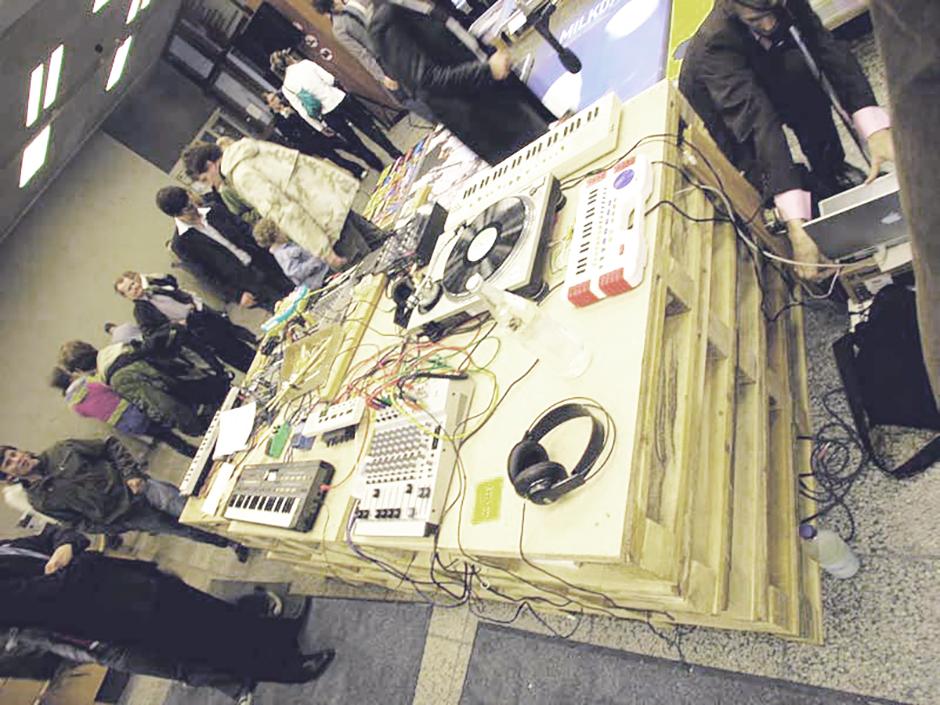 Ausstellungsdesign. DJ-Pult, während der Ausstellung.