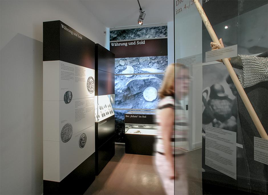 Szenographie. Frau vor Kuben im Ausstellungsraum.