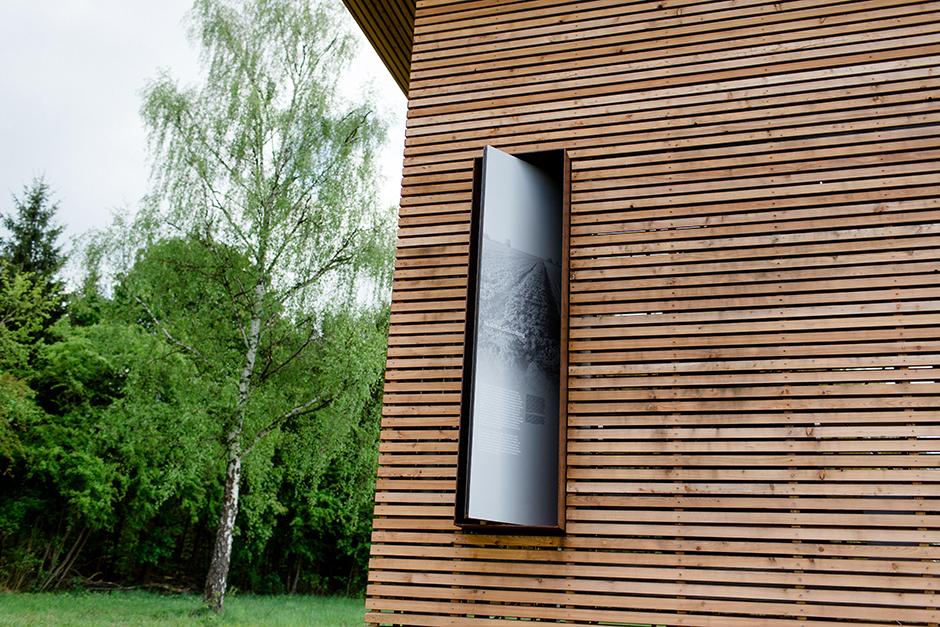 Ausstellungsarchitektur. Detailaufnahme Fester des Turmes von außen.