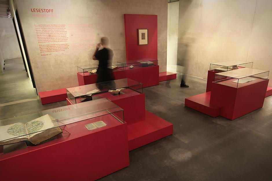 Museumsdesign. Besucher vor Vitrinen.