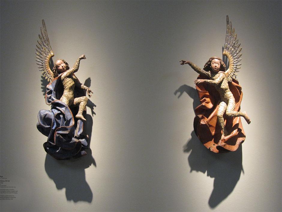 Museumsgestaltung. Figuren an der Wand.