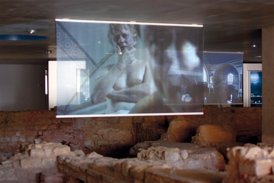 Museumsplanung. Leinwand mit Film in der Luft.