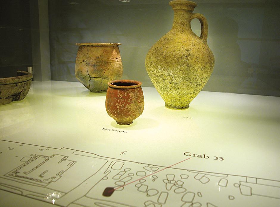 Szenographie. Detailaufnahme. Alte Vasen.