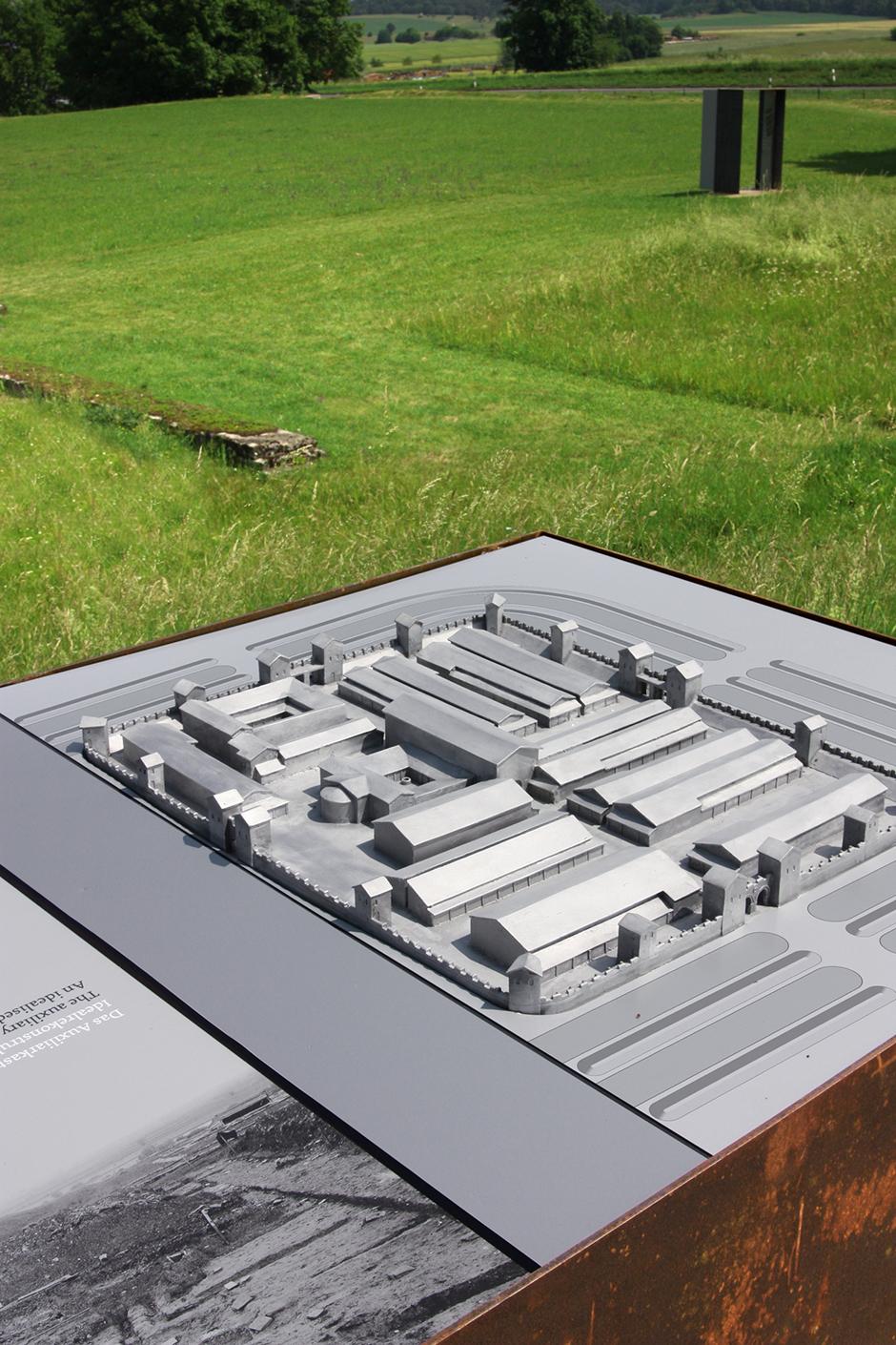 Ausstellungsarchitektur. Erklärendes Modell auf einer Wiese.