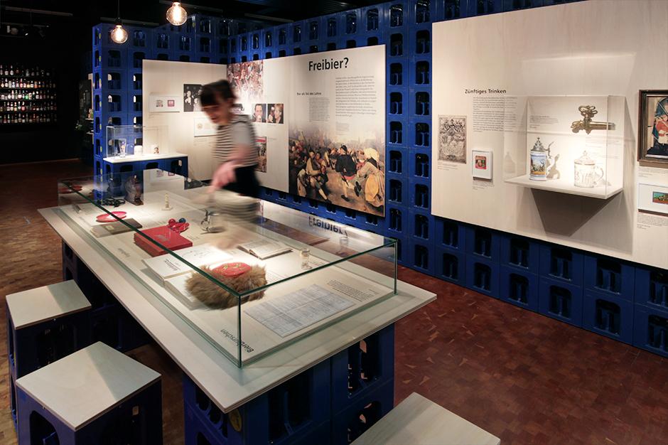 Museumsdesign. Theke aus Bierkästen und Sitzgelegenheit