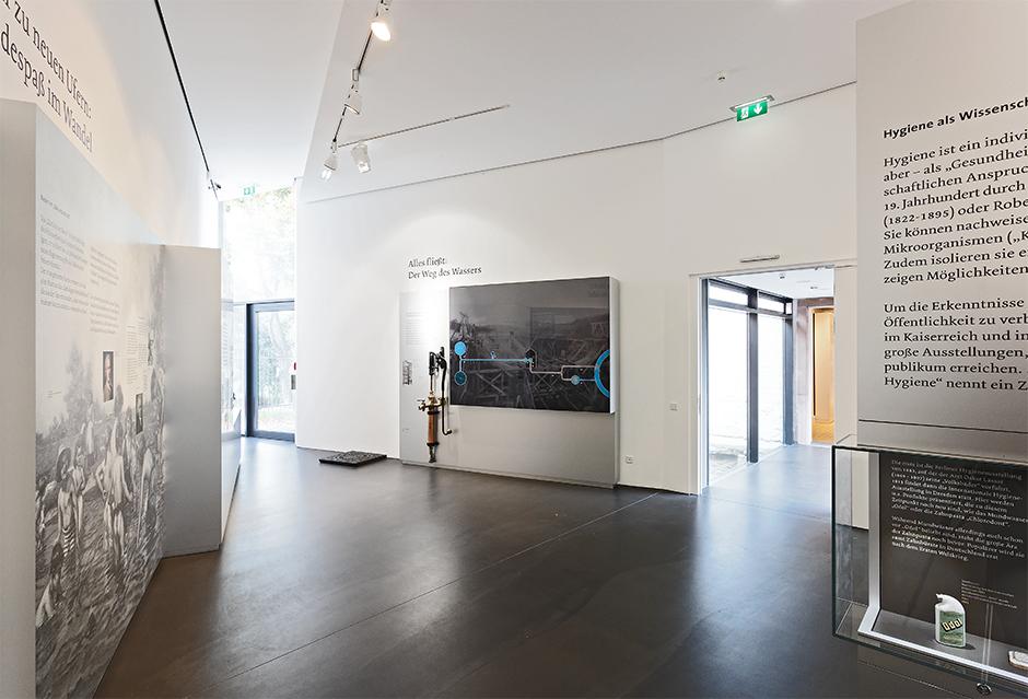 Museumsplanung. Ausstellungsarchitektur, Grafiken an der Wand.