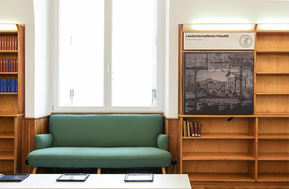 Ausstellungsdesign. Sitzgelegenheit eingearbeitet in eine Nische der Wand.