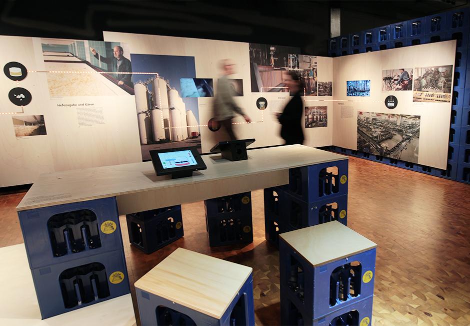 Museumsdesign. Theke aus Bierkästen und Sitzgelegenheit.