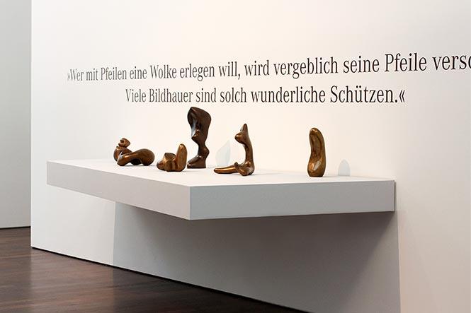 Ausstellungsgestaltung. Offene Vitrine an einer Wand.