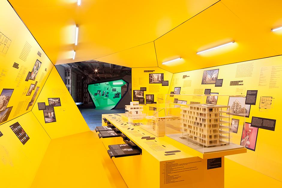 Ausstellungsarchitektur. Begehbarer Ausstellungskörper, Innen, mit Vitrine.