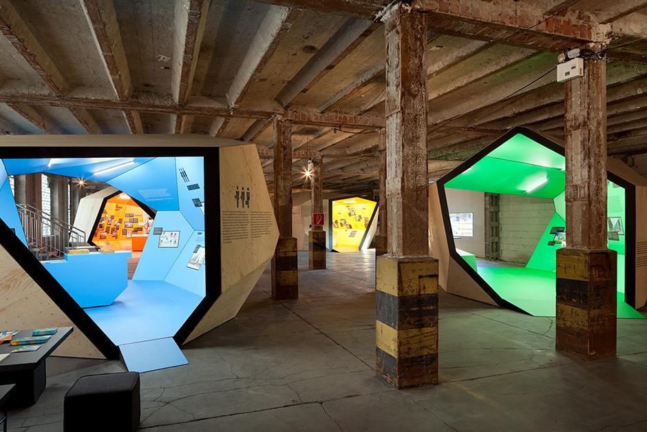 Ausstellungsarchitektur. 2 Begehbare Ausstellungskörper, blau und grün, in Fabrikhalle.