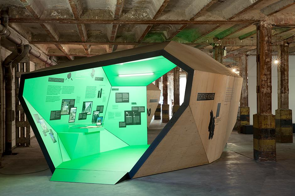 Ausstellungsarchitektur. Begehbarer Ausstellungskörper, Innen, grün.