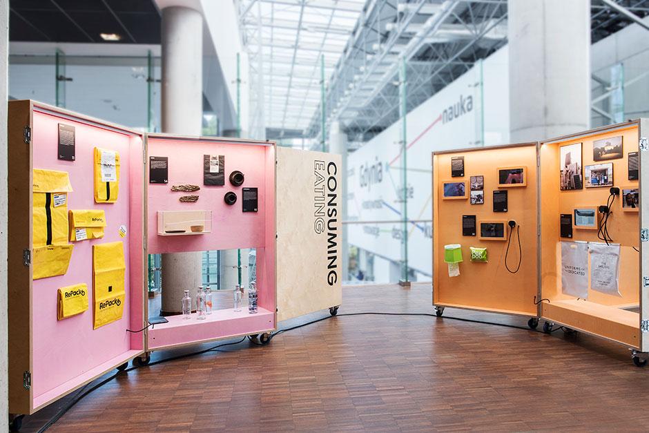 Ausstellungsgestaltung. Zwei Mobile Vitrinen in Kofferform.