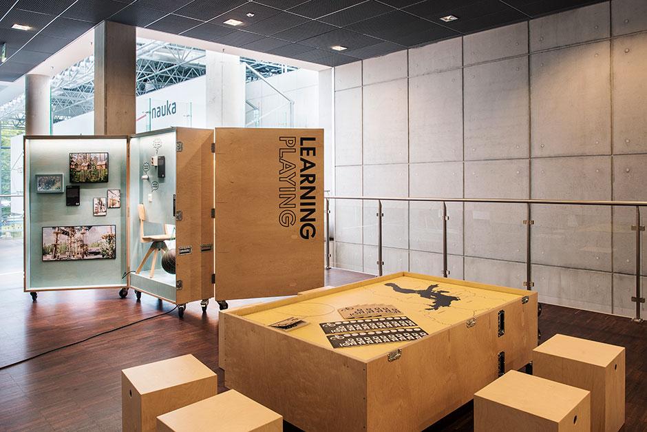 Ausstellungsgestaltung. Mobile Vitrinen in Kofferform und als Tisch.