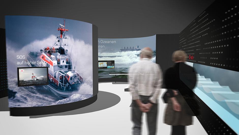 Szenographie. Besucher vor Ausstellungswand mit Rettungsboot.