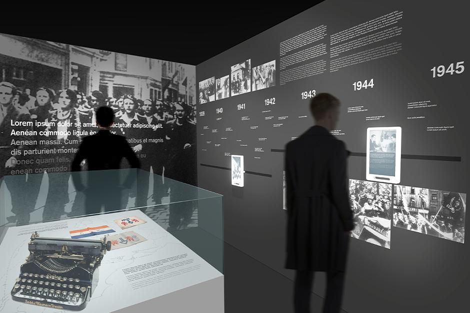 Ausstellungsdesign. Vitrine im Vordergrund. Personen betrachten Zeitleiste im Hintergrund.